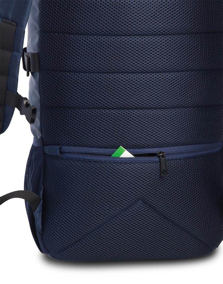 De Rolltop Backpack van Bench is een handige stijlvolle rugzak met een hedendaags design.De rugzak beschikt over een zeer ruim hoofdvak met haak- en drukknoopsluiting. Met de rolltop aan de bovenzijde kan de rugzak opgerold worden. Door de dubbele sluiting is het hoofdvak extra veilig.