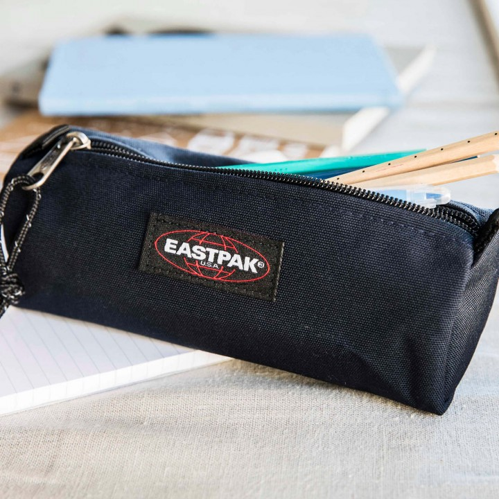 De Eastpak Benchmark is een stoere praktische pen etui. Je kan gemakkelijk al je pennen en potloden kwijt in de Eastpak Benchmark. Het hoofdvak sluit af met een rits.