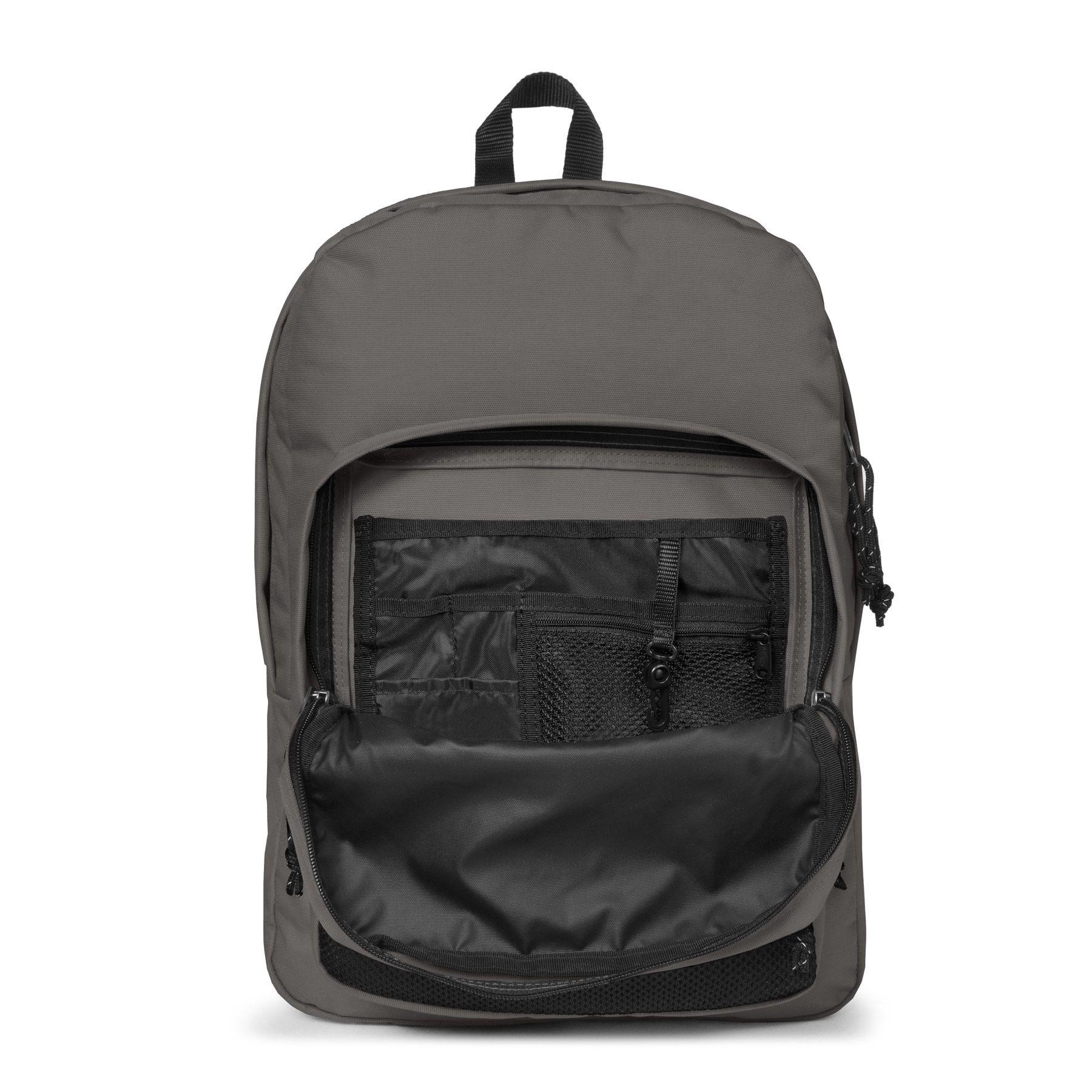 De Eastpak Back to Work is met zijn ruime hoofdcompartiment een praktische maar ook stoere rugtas. De tas heeft een ruim laptopcompartiment waar een laptop tot en met 15 inch in kan. U kunt al uw a4 documenten en boeken goed opbergen in deze tas.