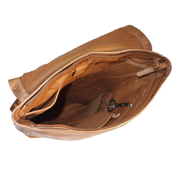 """Leuke shopper uit de Wax Lane serie van DSTRCT.DSTRCT is een Nederlands merk dat exclusieve tassen maakt met een strak design en oog voor functionaliteit. De tassen van DSTRCT zijn helemaal ambachtelijk handgemaakt en dat ziet u aan deze tas. De tas is gemaakt van mooi soepel leer dat goed aanvoelt. De tas beschikt over een ruim hoofdvak met ritssluiting. In het hoofdvak met ritssluiting heeft de tas een smartphonevakje, een steekvak en een ritsvak, ook zit in het hoofdvak een gewatteerd laptopvak 14"""".De tas heeft tevens een voorvak met overslag en een achtervak met ritssluiting. Doordat de tas meerdere vakken heeft kunt u gemakkelijk uw spullen gescheiden houden. Met de 2 hengsels op de bovenzijde neemt u de shopper gemakkelijk mee in de hand of over de schouder. Het DSTRCT logo is subtiel verwerkt in het leer."""