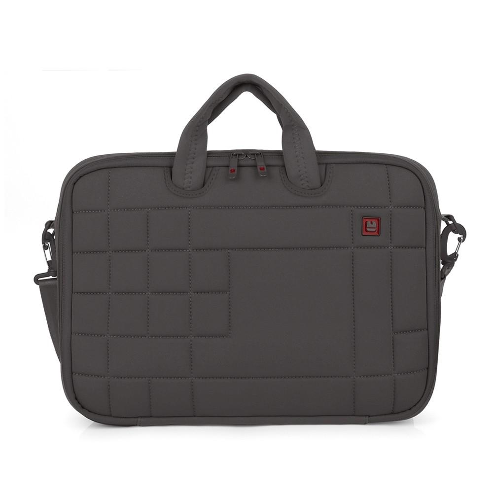 Stijlvolle laptop sleeve van het Spaanse merk Gabol. De tas is gemaakt van stevig neoprene met een zachte feel. De tas beschikt over een ruim gewatteerd hoofdvak met ritssluiting geschikt voor 15.6 inch laptops. Aan de binnenzijde heeft de tas een steekvak. U kunt de tas dragen met de 2 stevige handgrepen of met de verstelbare en afneembare schouderband, doordat de schouderband verstelbaar is kan u de tas op de gewenste lengte dragen. Op de achterzijde heeft de tas een smart-sleeve, hiermee kan de tas gemakkelijk aan een trolley bevestigd worden.