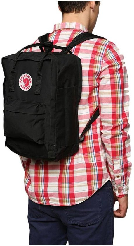 Mooie rugzak uit de Cow Lavato serie van Bear Design. Het leer is een rund leer soort dat zacht en karaktervol is met een super stoere uitstraling.De schouderbanden zijn verstelbaar, hierdoor kunt u de rugzak altijd op de gewenste lengte dragen. De rug van de rugzak is gewatteerd, hierdoor draagt de tas zeer comfortabel. Naast de schouderbanden kunt u de tas meenemen met het handvat op de bovenzijde.