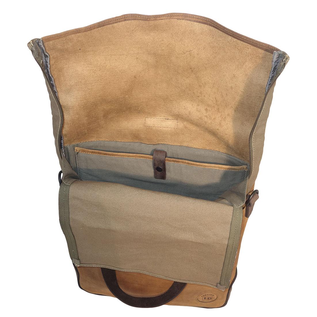 Stoere rugzak/schoudertas/handtas van Leather Design. De tas is gemaakt van hoogwaardige kwaliteit leer en een stevige kwalitieit canvas, de combinatie van leer en canvas maakt deze tas uniek. Het leer van de tas voelt goed aan en is soepel. Deze handige tas kunt zowel dragen als rugzak, handtas of als schoudertas. D.m.v. de musketons van de schouderbanden kunt u van de tas een rugzak of schoudertas maken, als u de schouderbanden los maakt kunt u de tas gebruiken als handtas met de handvatten. De schouderbanden zijn verstelbaar.