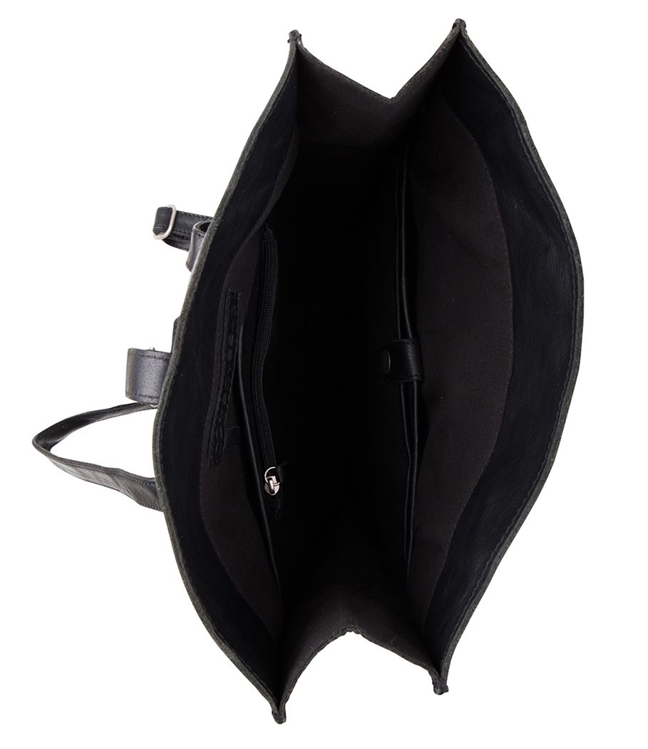 """Prachtige laptoptas van het merk Plevier. De tas is vervaardigd uit hoogwaardig volnerf rundleder, het leer van de tas is soepel en voelt goed aan. De tas is subtiel afgewerkt met het Plevier logo en gunmetal-kleurige details. U kunt uw spullen doen in het hoofdvak, voorvak en achtervak met ritssluiting. In het hoofdvak zit hetgewatteerde laptopvak 17.3"""", daarnaast heeft de tas intern multifunctionele vakjes voor o.a. uw smartphone, usb stick, visitekaartjes, sleutelhanger, een optische muis en bekabeling.De tas kunt u dragen met de 2 handvatten of met verstelbare en afneembare schouderband, doordat de schouderband verstelbaar is kunt u de tas altijd op de gewenste lengte dragen. De tas is 43 x 31 x 10 cm."""