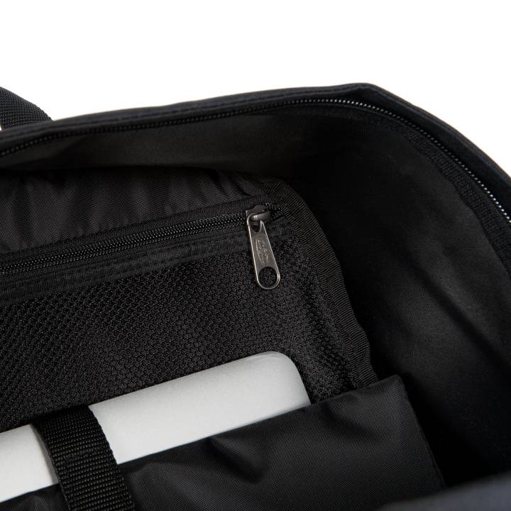 """<div class=""""col-xs-12 col-sm-6 dtxt"""">Bag Kyle is een prachtige schoudertas van het merk Cowboysbag met veel ruimte. Het leer van de tas voelt super aan en heeft een stoere uitstraling. De schoudertas beschikt over een lange schouderband die verstelbaar en afneembaar is en 2 handvatten, doordat de schouderband verstelbaar is kunt u de tas altijd op de gewenste lengte dragen.</div>"""