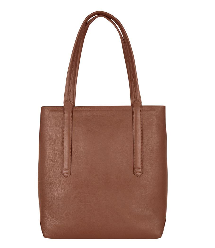 """De Laptop Bag Rusk is een mooie shopper van Cowboysbag. Deze shopper van Cowboysbag is zeer stijlvol en heeft een leuke uitstraling. Het leer van de tas is soepel en heeft een super fijne feel. De tas is subtiel afgewerkt met het Cowboysbag logo. De tas beschikt 2 handvatten, de handvatten kunnen in de hand worden gedragen of kort over de schouder. De tas beschikt over een ruim hoofdvak met ritssluiting. In het hoofdvak zit een gewatteerd laptopvak 13"""" en een binnenvak met ritssluiting."""
